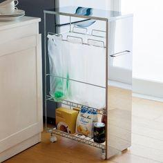 ステンレススリム分別ダストワゴン隙間に納まる美しいダストワゴン。  キッチンの隙間に収納できるスリムなダストワゴン。取っ手とキャスターが付いて引き出しやすい。ゴミの分別用にレジ袋が3つ掛けられるフック付き。棚には袋や食品のストック類も収納できます。