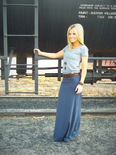Tee, maxi, and a belt. Such a cute outfit!
