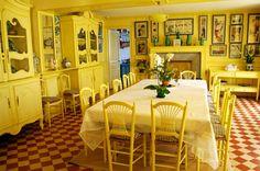 Sala de jantar amarela do Monet, em Giverny. Monet's dining room, at Giverny. Claude Monet Giverny, Claude Monet House, Small Summer House, Yellow Dining Room, Dining Rooms, Dining Area, Yellow Tile, Checkered Floors, Red Kitchen