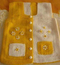 cepli sarı beyaz renkli örgü bebek yeleği