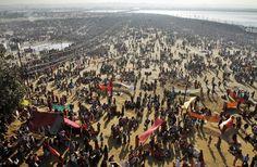lunedì 25 febbraio 2013 | Allahabad, India - AP Photo/Rajesh Kumar Singh - Devoti indiani si immergono nel punto in cui confluiscono i fiumi Gange e Yamuna per la festa religiosa del Maha Kumbh.