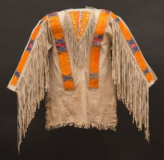 Points West Online: Art of the Buffalo Culture Era: The Paul Dyck Collection Native American Shirts, Native American Regalia, Native American Artifacts, Native American Beadwork, Powwow Regalia, Pow Wow, Leather Fringe, Traditional Outfits, Buffalo