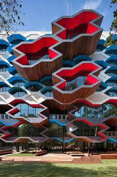 Lyons Architects, Avustralya'nın en önemli araştırma üniversitelerinden biri olan La Trobe için Moleküler Bilim Binası tasarladı.