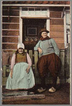 Bejaard echtpaar in dracht voor geopende deur van een Marker woning. 1910-1920 #NoordHolland #Marken