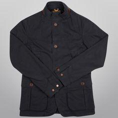 A jaqueta Timberland Rugged Travel acompanha a rotina do homem moderno. Além de ser sem forro ela também possui mangas ergonômicas, que permitem melhor mobilidade dos braços.