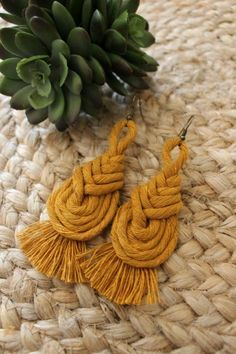 Sandy Macrame earrings Este artículo no está disponibleThese pipa knot macrame earrings complete the perfect boho outfit. They are made with mustard colored cotton cord. They dangle at around cm. Macrame Design, Macrame Art, Macrame Projects, Macrame Jewelry, Macrame Knots, Macrame Earrings Tutorial, Earring Tutorial, Diy Earrings, Crochet Earrings