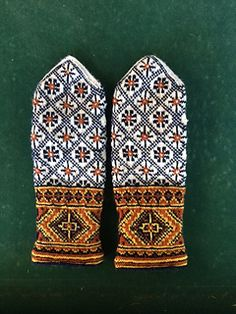 Ravelry: Kurzeme, Piltene, p 272 pattern by Maruta Grasmane Knitted Mittens Pattern, Knit Mittens, Knitted Gloves, Knitting Socks, Hand Knitting, Fingerless Mittens, Loom Knitting, Knitting Designs, Knitting Projects