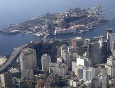 """Centro (vista parcial), Ilha das Cobras e Arsenal da Marinha do Brasil (com porta-aviões """"São Paulo"""", ex. """"Mal.Foch""""), Rio de Janeiro, RJ, Brasil."""