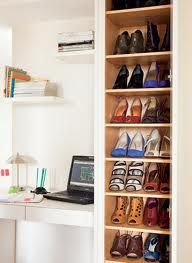 Embaixo da janela deu para instalar a sapateira revestida de laminado. Com 18 cm de profundidade, é suficiente para pôr os sapatos em pé nas...