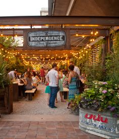 Independence Beer Garden is an outdoor destination in Philadelphia's Historic District for casual alfresco eating, drinking and playing. Restaurants Outdoor Seating, Outdoor Seating Areas, Garden Seating, Modern Cafe, Pub Decor, Hudson Yards, Best Beer, Best Cities