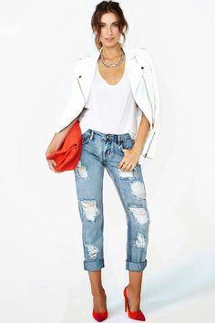 Отсутствие декора на джинсах возмещается рваными полосками