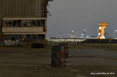 Spannungsfeld. Die verbliebene Hälfte von Schuppen 29 und die neue Architektur der HC. #Hamburg #Hafencity #night