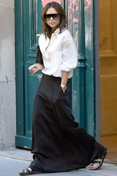 28 Of The Best Victoria Beckham Outfits Victoria Beckham Outfits, Moda Victoria Beckham, Victoria Beckham Style, Victoria Beckham Fashion, Moda Minimal, Minimal Look, Mode Outfits, Fashion Outfits, Womens Fashion