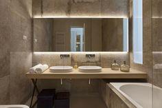 Graue Stein Fliesen im Bad, kombiniert mit hellen Holzmöbeln