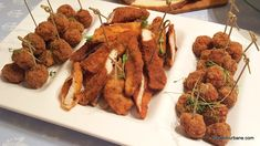 6 rețete de aperitive rapide reci pentru platouri festive românești tradiționale | Savori Urbane Chicken Nuggets, Chicken Wings, Wiener Schnitzel, Lunch, Beef, Cooking, Recipes, Food, Ham