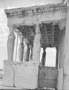 Nelly's...  Η πρόσταση των Κορών του Ερεχθείου Αθήνα, 1930 περίπου Φωτογραφικό Αρχείο Μουσείου Μπενάκη