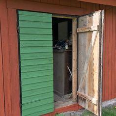 Nej, dörrarna har aldrig varit gröna förut och ja, jag har målat med linoljefärg ovanpå slamfärg!  Inte många byggnadsvårdspoäng där inte, men jag blev oförskämt nöjd ändå!  #livingontheedge #ajababa #ljusfalurödfärg #kromoxidgrön #ottosonslinoljefärg #uthus #timmerstuga