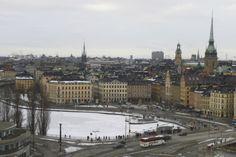 Plusieurs touristes choisissent la courte période estivale pour visiter la capitale de la Suède. Stockholm a aussi ses charmes en hiver, à condition de porter un manteau épais. Et d'utiliser le froid comme prétexte parfait pour entrer dans les innombrables cafés, musées et boutiques de la capitale de la Suède.