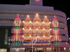 2005年11月、旧近鉄百貨店阿倍野店の壁面に現れたクリスマスイルミネーション。この建物は、現在はあべのハルカスに建て替わっています。