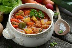 Gulasxowa z karkówka i ziemniakami nie za dużo mąki dać i dobrze mięso wysmazyc Ziemniaki dać pi pół godziny mniej wiecej