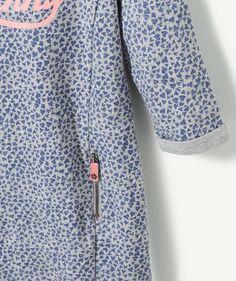 LA ROBE HIRIS : On craque pour cette robe au style moderne et urbain, à porter avec ou sans collants ! LA ROBE IMPRIMÉE COEUR, col rond, manches longues avec revers, flocage pailleté, fausses poches avec zip.