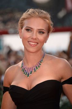 Zoom on the 25 most beautiful beauty looks of Scarlett Johansso .-Zoom sur les 25 plus beaux looks beauté de Scarlett Johansson Scarlett Johansson is the highest paid actress in the world! Zoom on her 20 most beautiful beauty looks - Beautiful Celebrities, Beautiful Actresses, Most Beautiful Women, American Idol, American Actress, Lauren Bacall, Hollywood Actresses, Actors & Actresses, Hollywood Fashion