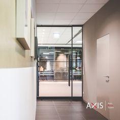 Pivot Türen von Axis sind maßgefertigt und passen somit in jede Wandöffnung. French Door Refrigerator, French Doors, Divider, Kitchen Appliances, Room, Furniture, Home Decor, Home Interiors, Diy Kitchen Appliances