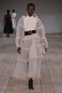 Alexander McQueen Spring Summer 2020 Womenswear Collection - 2020 Fashions Woman's and Man's Trends 2020 Jewelry trends Fashion Week Paris, Spring Fashion Trends, Fashion 2020, Daily Fashion, Runway Fashion, High Fashion, Fashion Show, Fashion Outfits, Fashion Design