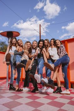 Love this squad of friends – girl photoshoot poses Friend Group Pictures, Best Friend Pictures, Bff Pictures, Friend Pics, Squad Pictures, Squad Photos, Friend Poses Photography, Teen Photography, Diy Foto