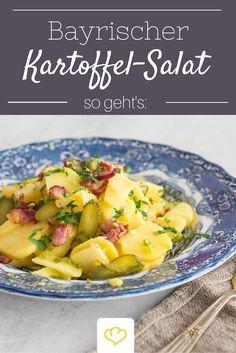 Ein Kartoffelsalat, wie man ihn in Bayern liebt: mit Brühe, Speck und Gürkchen - lecker!