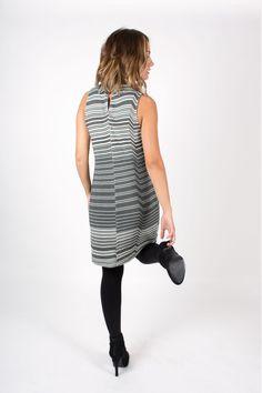 Vestido de rayas horizontales en tonos grises. Composición 83% viscosa, 14 % acrilico y 3 % elástico.