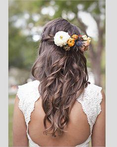 Penteados para noivas com flores naturais. #penteados #noivas #flores