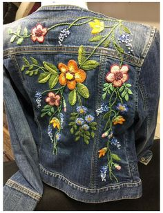Denim Jacket Embroidery, Embroidered Denim Jacket, Embroidered Clothes, Artisanats Denim, Denim Art, Look Boho Chic, Bohemian Style, Estilo Jeans, Diy Jeans