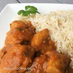 Este pollo estilo hindú es un plato que preparo simplificando la receta del Pollo Tikka Masala. Si encuentras el 'garam masala' (una mezcla hindu de especias) lo puedes sustituir por el curry y si además añades un poco de leche de coco conviertes este plato en el famoso pollo hindú. La receta que te doy es más sencilla en cuanto a ingredientes y más ligera en calorías.