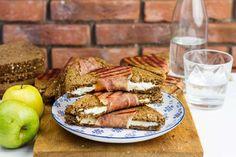 Recept voor tosti geitenkaas voor 4 personen. Met bakpapier, Parmaham, geitenkaas, appel, bruin brood en honing
