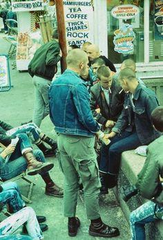 everybody skins and everybody Solovair / Dr. Skinhead Men, Skinhead Boots, Skinhead Fashion, Mod Fashion, Punk Fashion, Dr. Martens, Dm Boots, Estilo Punk Rock, Skin Head