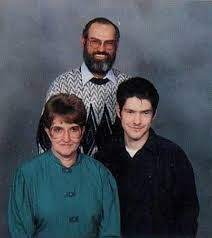 young picute of Si with his wife & son