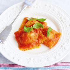 Deze prachtige ravioli met bolognesevulling zijn echt waanzinnig lekker, en een hommageaan het ingeblikte spul waar Jamie Oliver als kind zo dol op was. Jamie leerde deze pasta maken van zijn mentor Gennaro Contaldo, met wie hij nog steeds innig...