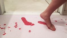 """Color changing bath mat that leaves """"bloody"""" footprints where you step! Vampire House, Face Line Drawing, Room Deco, Horror Decor, Life Hacks, Halloween Horror, Creative Thinking, Bath Rugs, Colorful Rugs"""