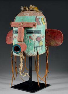 Superbe masque heaume Heheya Hopi, Arizona, U.S.A, Cuir, peintures, bois, duvet, plumes, cordelette Période de confection proposée: Circa 1930