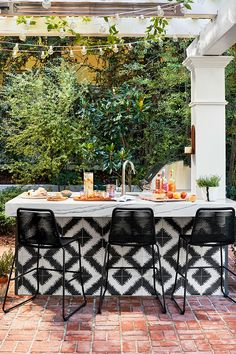 Step inside actress Hilary Duff's bright and bold home in California #interior #design #home #decor #idea #inspiration #cozy #style #room #outdoor #tile
