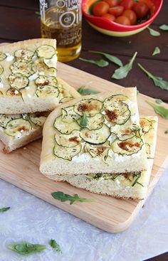 Focaccia de calabacín, hierbas aromáticas y queso de cabra