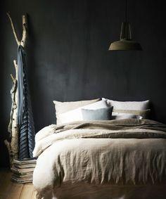 Donkere muur en linnen lakens. Ik hou ervan