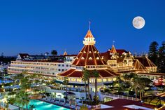 Do you recognize this famous haunted hotel? Click to see if you're right, and to read more about America's ghostly accommodations. http://www.10best.com/interests/where-to-stay/10best-haunted-hotels-for-halloween/