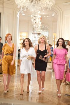 She couldn't help but wonder! (L-R) Cynthia Nixon as Miranda Hobbes, Sarah Jessica Parker as Carrie Bradshaw, Kim Cattrall as Samantha Jones and Kristin Davis as Charlotte York Sarah Jessica Parker, Kristin Davis, Carrie Bradshaw Estilo, Charlotte York, Kim Cattrall, Samantha Jones, Mode Glamour, Glamour Uk, Hollywood Gossip