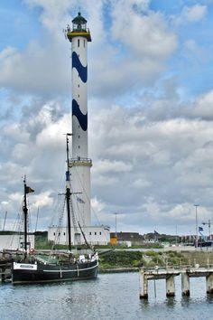 Oostende, het Zeilschip Nele en de Vuurtoren Lange Nelle.