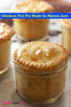 Chicken Pot Pie (in Mason Jars!) Chicken Pot Pie in Mason Jars Recipe - 15 Healthy Mason Jar Meals That Aren't Salads Mason Jar Desserts, Mason Jar Meals, Meals In A Jar, Mason Jars, Mason Jar Recipes, Mason Jar Lunch, Individual Chicken Pot Pies, Dessert In A Jar, Quiches