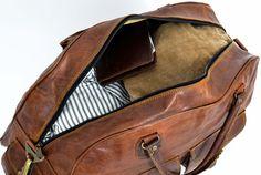 """Elegant und schick, Vintage und praktisch – und das alles in einer Tasche! Geht nicht? Geht doch! Und zwar mit """"Luca""""! Die Reisetasche aus goldbraunem Ziegenleder überzeugt mit ihrem außergewöhnlichen Design verbunden mit ihrer praktischen Handhabung und hohen Grad an Funktionalität und Komfort. Als Handgepäck ist sie der perfekte Begleiter für Kurztrips über das Wochenende - Ledertasche - Weekender - Reisetasche - Gusti Leder - R39b"""