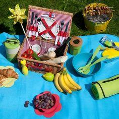 """Piękne okoliczności przyrody, fajne towarzystwo, samodzielnie przyrządzone i ładnie podane przekąski …mmmm… proponujemy wypad za miasto na grilla lub piknik! W Empiku znajdziecie nie tylko książki z przepisami na """"plenerowe"""" potrawy, ale też stylowe akcesoria i dekoracje piknikowe oraz grillowe – teraz z rabatem 50%! Dom, Picnic, Sweet Home, Basket, Table Decorations, Drinks, Furniture, Home Decor, Drinking"""