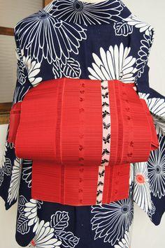 繊細なストライプの織り模様がアクセントになった綺麗な赤色の地に、ひらりと蝶々まうストライプが織り出されたレトロモダンな単帯です。